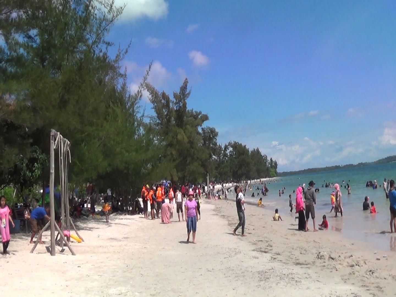 Libur Natal, Pantai Reviola Ramai Dikunjungi Wisatawan
