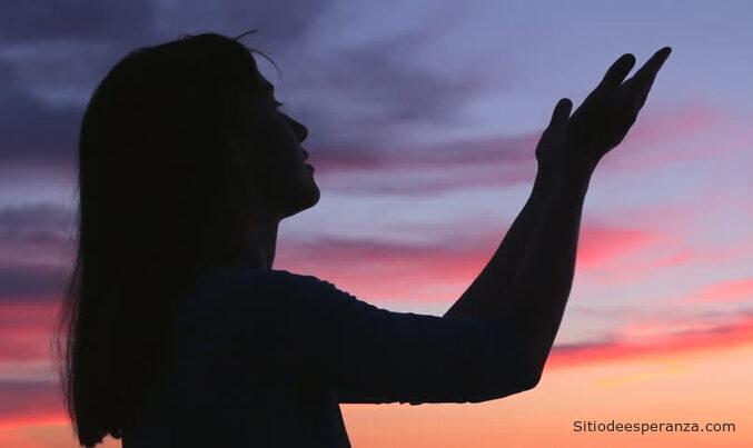 Mujer con problemas clamando a Dios