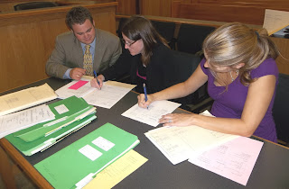 Lange (l) in the courtroom alongside Assistant DA Brandy Davidson (center) and Defense Attorney Karli Kennell (r).