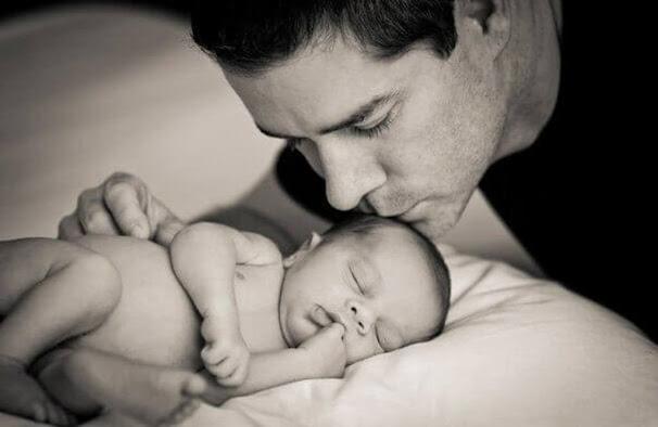 """El papá que cuida a su bebé no """"ayuda"""", ejerce su paternidad"""