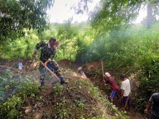 Budayakan Gotong-Royong, Babinsa Koramil Ropang Bersama Warga Bersihkan Saluran Irigasi