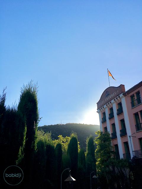 rayon de soleil derrière la façade du grand hôtel de molitg les bains