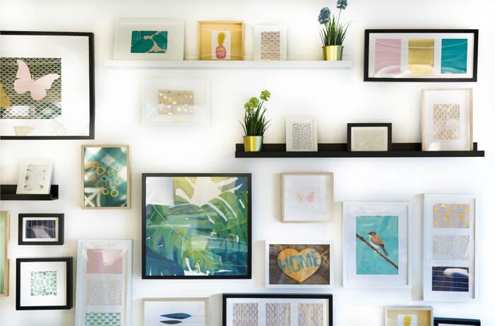 Abbellire muro cucina con composizione di quadri