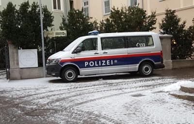 النمسا,الشرطة,تخرج,أبا,وابنه,من,المدرسة