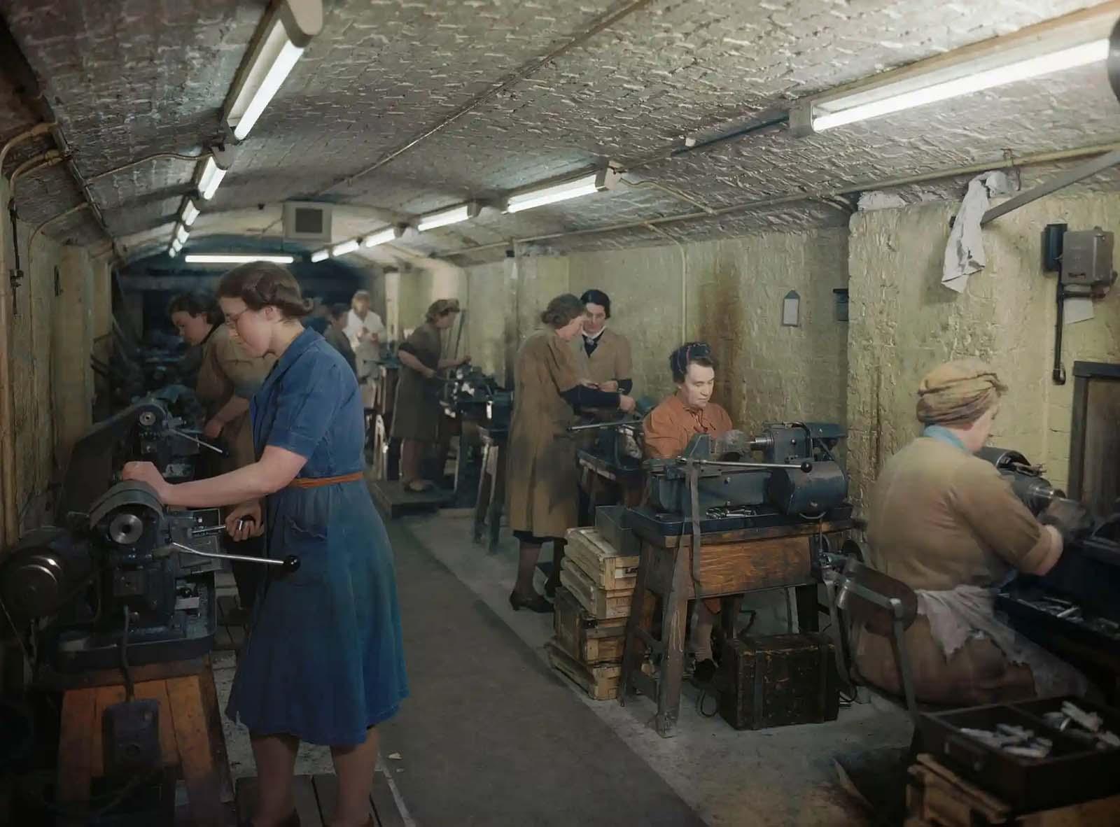 Golyókat és ágyúgolyókat előállító nők egy földalatti lőszergyárban, a Wirral-ban, Merseyside, 1945.