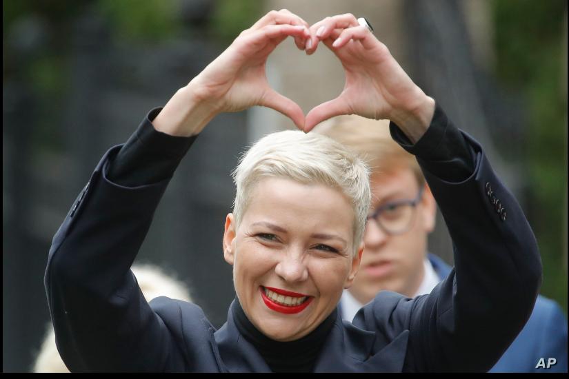 Maria Kolesnikova, una de las líderes de oposición bielorrusas hace un gesto a seguidores en Minsk, el 27 de agosto de 2020 / AP