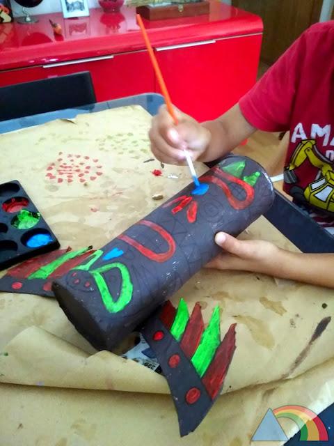 Pintamos el tótem con colores llamativos