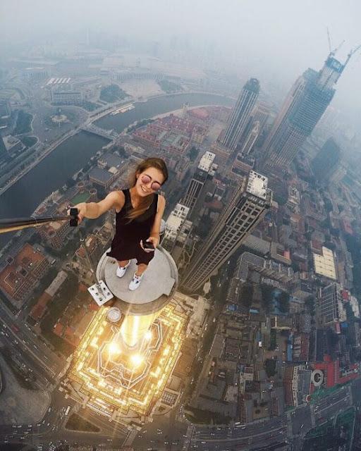 Mujer arriesga su vida con tal de tener las mejores fotos