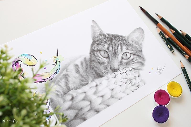 Dibujo realista de un gato a lápiz y acuarela