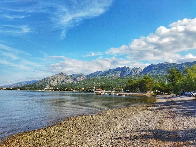 szerokie plaże w Chorwacji, Seline, widok na góry Velebitu