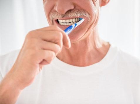 i moshuar duke larë dhëmbët