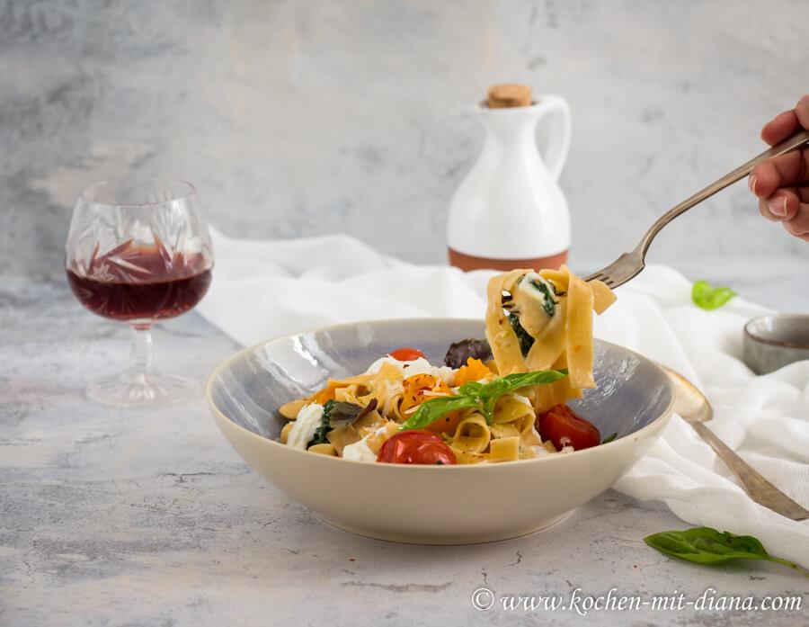 Pasta mit Spinat, geschmorten Tomaten und Burrata