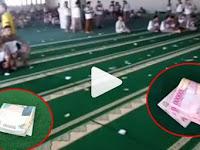 Uang Ratusan Ribu Berserakan di Karpet Masjid, Ternyata Ini yang Dilakukan Jamaah...