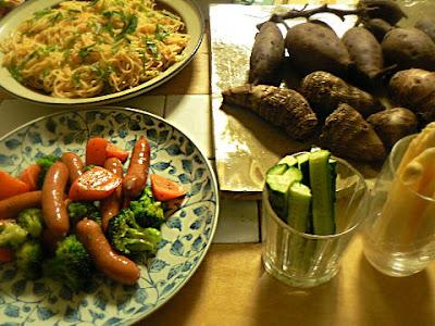 夕食の献立 ふかし芋 明太焼きそば ウインナー炒めに野菜スティック