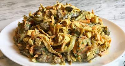 Печеночный салат с яичными блинчиками и солеными огурцами