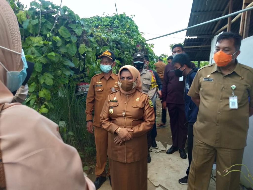 Walikota Tanjungpinang Tinjau dan Bantu Warga yang Rumahnya Tersambar Petir