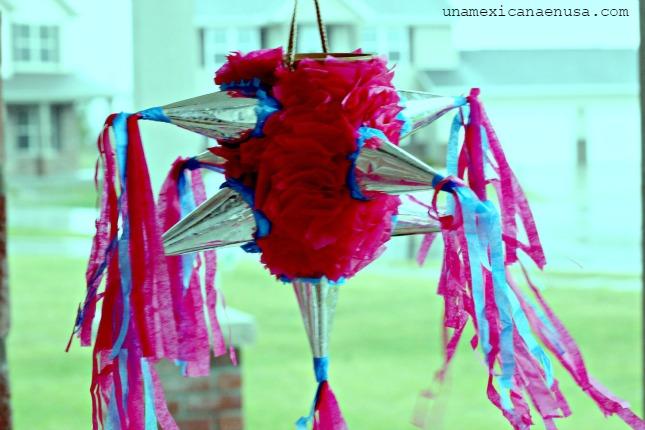 Piñata Mexicana tradicional en forma de estrella en colores rosa y azul