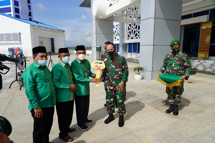 Pangdam Hasanuddin, Serahkan Perahu Wisata ke Pengurus Masjid Terapung Al-Alam