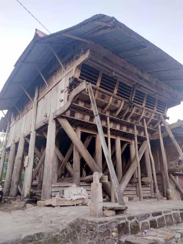 rumah raja terbesar kedua (Omo Sebua) di Nias Selatan