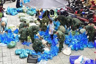 Bộ đội tiếp tục mang cá tươi, rau xanh đến từng nhà dân, thật sự cảm ơn sự vào cuộc của các anh