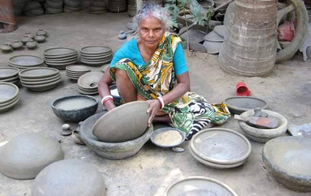 নওগাঁর আত্রাইয়ে দুর্দিনে এখন মৃৎশিল্পীরা