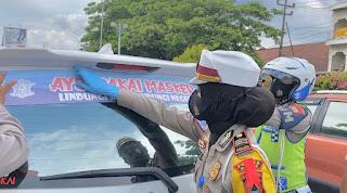 """Satlantas Polres Maros Pasang Stiker Imbauan """"Ayo Pakai Masker"""" di Mobil"""