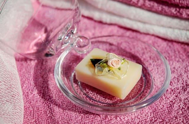 Gunakan sabun kelapa dan garam halus lalu lakukan peeling secara perlahan