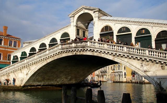 Sobre a Ponte di Rialto em Veneza