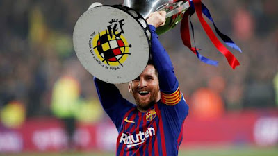 Messi levanta a taça do título espanhol do Barcelona (Foto: Reuters)