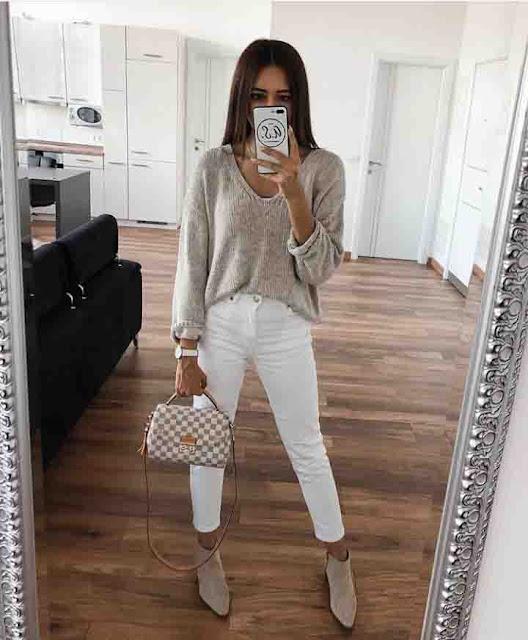 Calça branca, suéter e bota cano curto