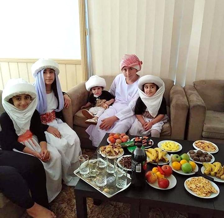 Єзидська сім'я за обідом