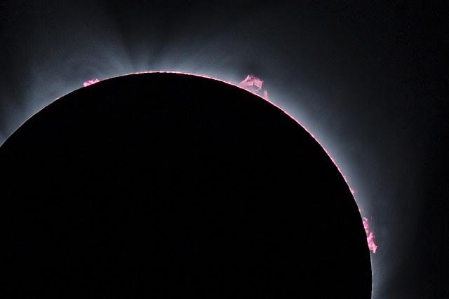 Một hình ảnh cực kỳ chi tiết cho thấy tai lửa Mặt Trời bùng phát ra từ bề mặt Mặt Trời, trong khi bị Mặt Trăng che khuất khi nhìn từ Trái Đất. Hình ảnh: Moshen/Flickr.