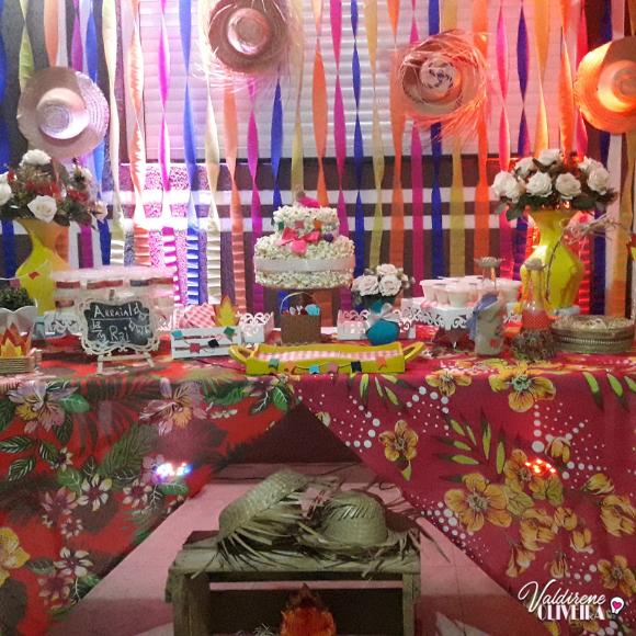 mesa decorada para festa junina