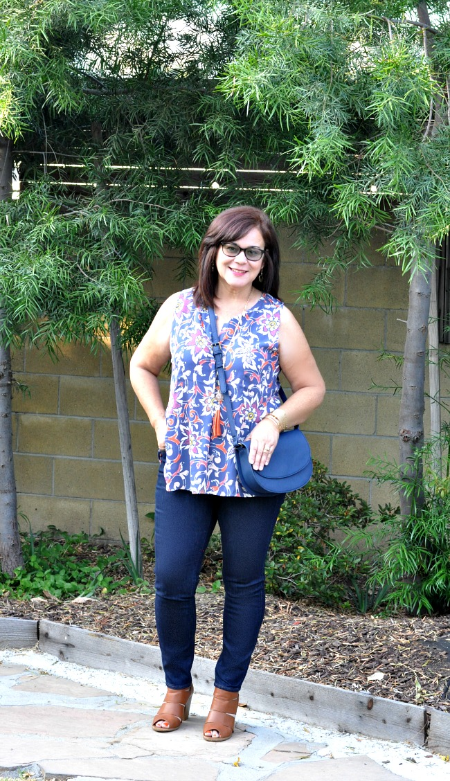 sleeveless top, skinny jeans and chunky sandals