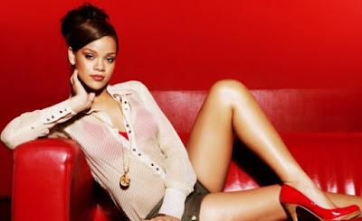 Foto de Rihanna posando recostada