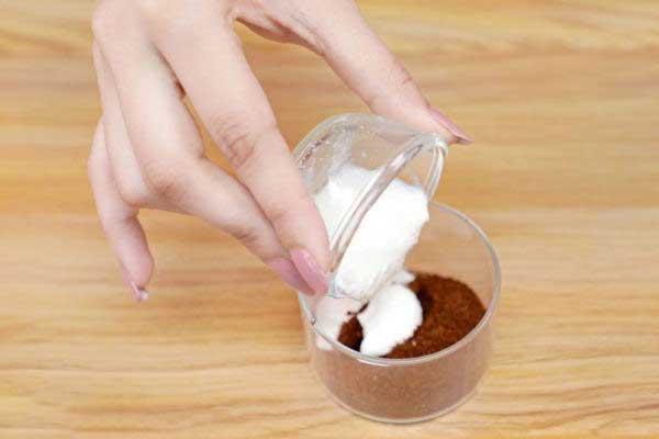 Ensuite, ajoutez-y 1 cuillère à soupe de yogourt nature. De préférence, égouttez l'excès d'eau du yaourt avant de l'utiliser ou la consistance de votre masque facial risque d'être trop liquide