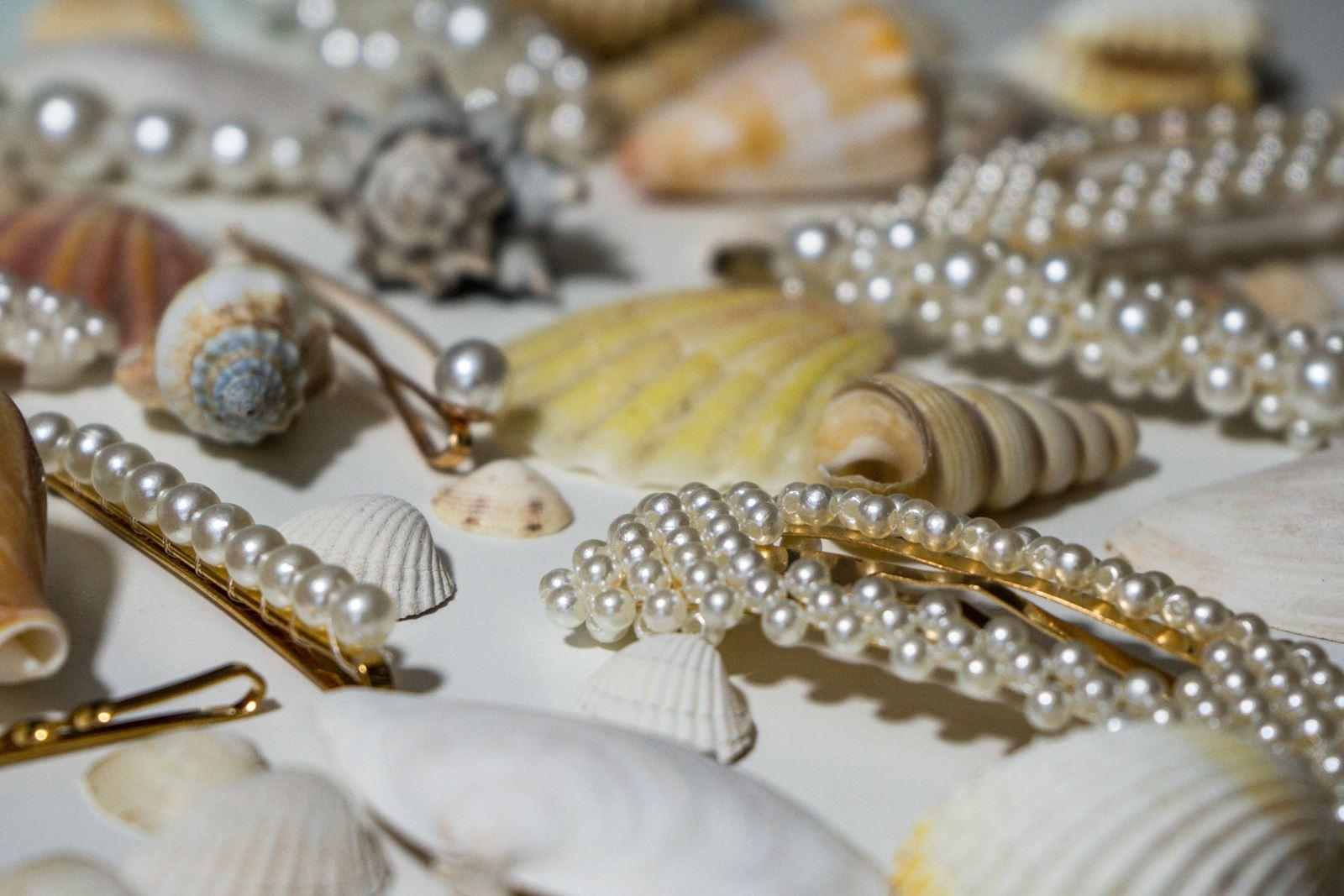 1 gdzie kupić ozdobne spinki do włosów z perłami i muszelkami fryzury, które odmładzają, postarzają, dodają lat, podobają się facetom, wyszczuplają twarz, proste fryzury do zrobienia samemu krok po kroku