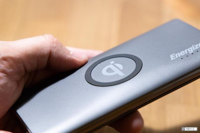 【開箱】無線多工首選,勁量 Energizer Qi 行動電源 - 上方 Qi 無線充電板有貼心安排了橡膠圈止滑