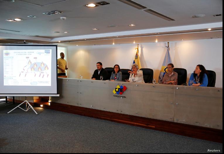 Tibisay Lucena (centro), Presidenta del Consejo Nacional Electoral de Venezuela (CNE) junto a los rectores del Consejo durante una conferencia de prensa en Caracas, Venezuela, el 8 de marzo de 2020 / REUTERS