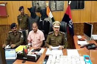 नक्सलियों को रंगदारी पहुंचाने जा रहा ठेकेदार गिरफ्तार, पास से मिले 15 लाख रुपए और एटीएम