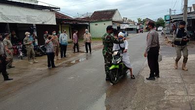 Babinsa Koramil 427-05 / Banjit Beserta Bhabinkamtibmas Dan Kepala Kampung Menghimbau Warga Memakai Masker