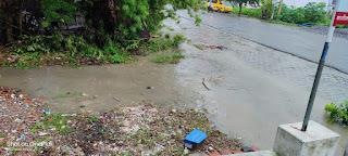 #JaunpurLive : ओवरफ्लो हो कर सड़क पर बह रहा नालों का गन्दा पानी