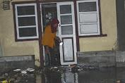 Ombak Air Laut Pasang Ancam Pemukiman Warga Pesisir Barat Kepulauan Selayar
