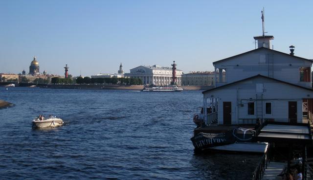 Al fondo, la Plaza de la Bolsa, en la isla Vasilevskij