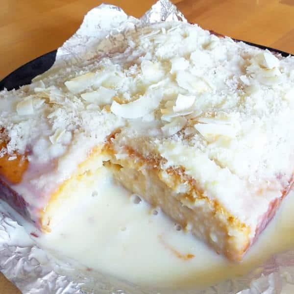 Bolo de coco gelado e embrulhado vem fazer amo muito