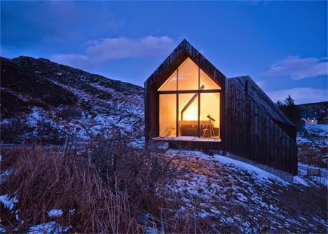 jangan melihat buku dari sampulnya saja Desain Rumah Berwarna Hitam Dengan Interior Minimalis Didalamnya