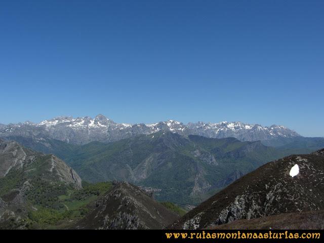 Transcantábrica Tarna-Ponga: Vista desde Peña Mora de los macizos Occidental y Central de Picos de Europa