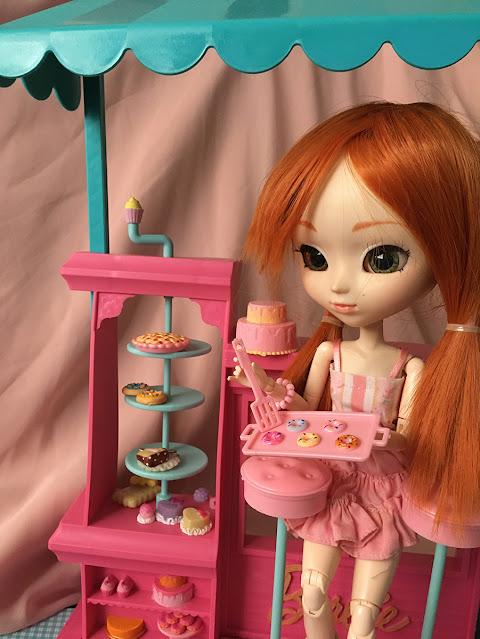 Boneca Pullip na confeitaria da Barbie
