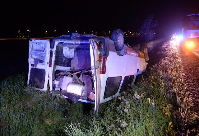 Éjszakai karambol a 4-esen: kamionnal ütközött egy kisbusz
