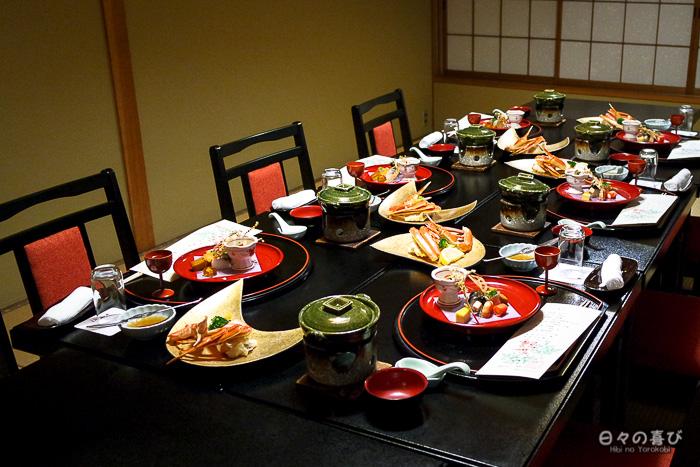 vue sur la table dressée pour le dîner